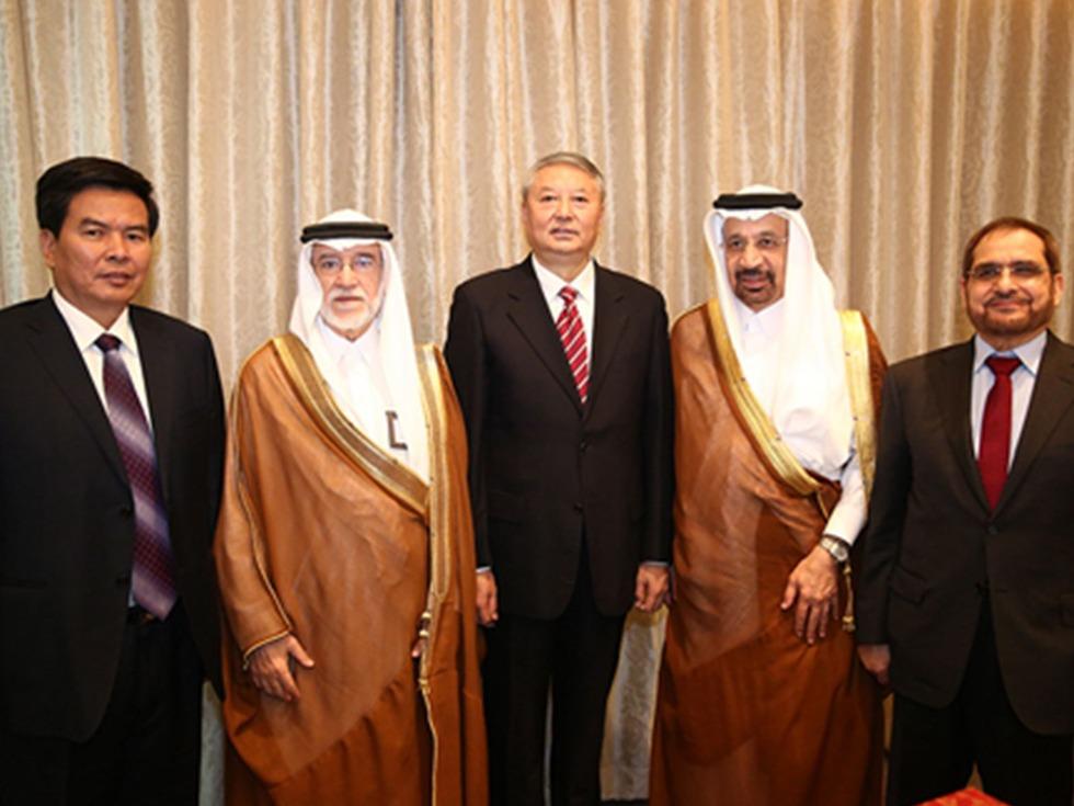 """2016年1月19日,中国核建与沙特核能与可再生能源城签订了《沙特高温气冷堆项目合作谅解备忘录》。此次项目合作谅解备忘录的签订,被视为是高温气冷堆项目实现了""""走出去""""的重大突破。2017年3月,双方继续签署了《沙特高温气冷堆项目联合可行性研究合作协议》。(图源:中国核工业集团公司)"""