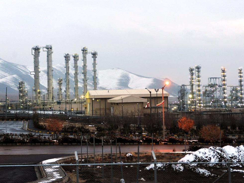2017年4月23日上午,中核集团中国原子能科学研究院、中核集团中国原子能工业有限公司与伊朗核电工程和建设公司在维也纳正式签署伊朗阿拉克重水反应堆改造项目首份商业合同。该合同签署标志着伊朗核问题全面协议规定的阿拉克重水堆改造进入实施阶段。(图源:AFP/VCG)