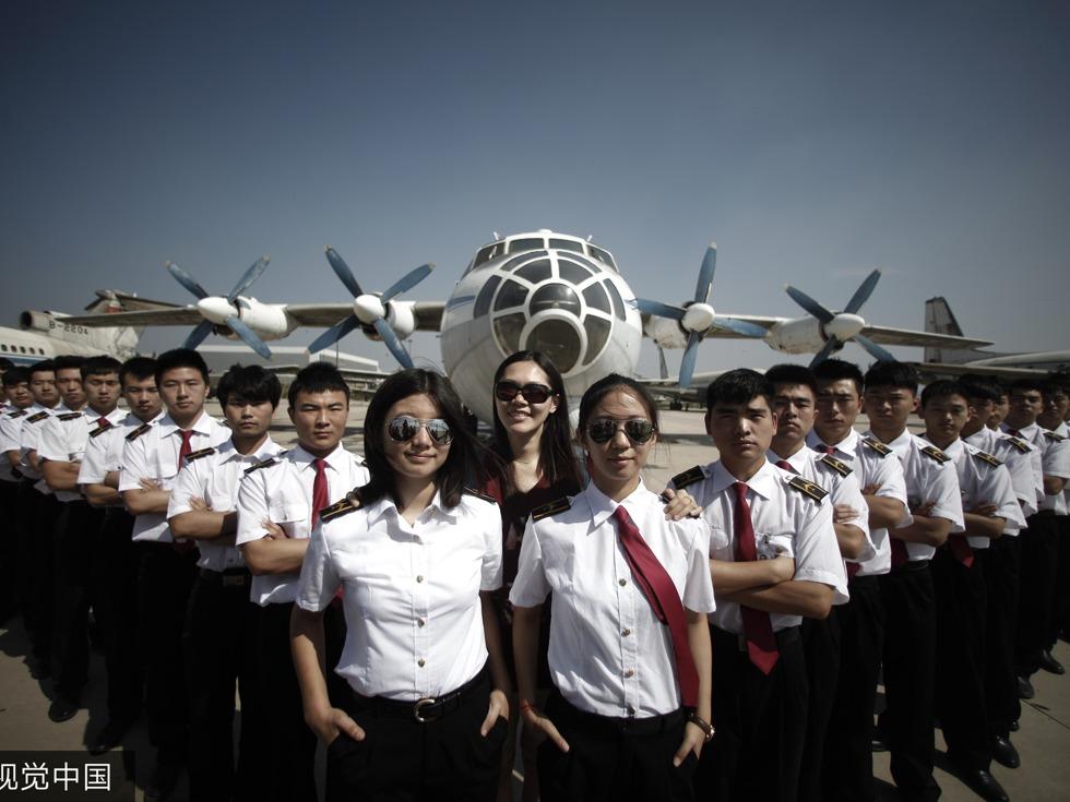 2015年6月11日,天津,一年一度的毕业季如约而至,学子们纷纷在校园内拍摄毕业照,为青春留下最美的记忆。中国民航大学3位90后美女飞行员毕业生身着统一制服,在校园内拍摄个性毕业照,霸气十足。(图源:VCG)