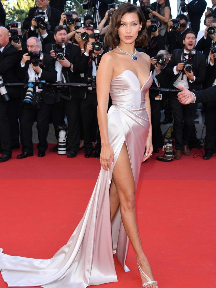 贝拉·哈迪德穿高开叉礼服,秀大长腿。(图源:VCG)