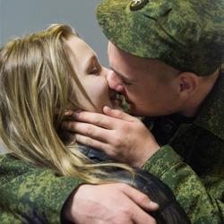 俄罗斯新兵入伍 情侣拥吻告别