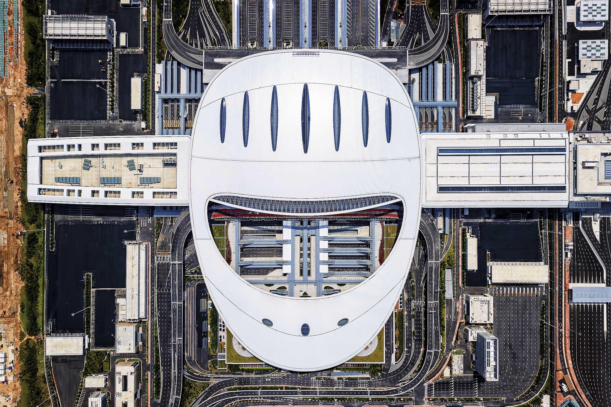 港珠澳大橋島隧工程在沉管結構、製造工藝、接頭的方案、隧道形式等方面都實現了技術突破,擁有40 項創新和540項專利。