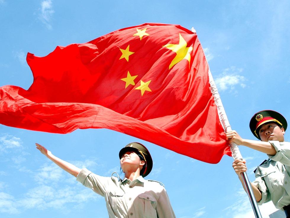 飘扬的中国国旗展现出中国崛起的势头(图源:VCG)